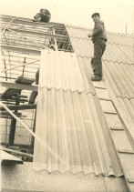 Angelo Barcella con un collega al lavoro di copertura metallica.