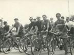 Angelo Barcella con altri colleghi a una gara ciclistica.