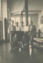 Gioele Gamba con i colleghi nel padiglione espositivo interno allo stabilimento.