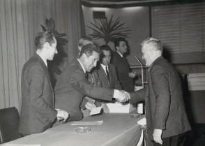 Antonio Galbusera premiato per l'anzianità di servizio.