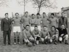Tarcisio Galbusera con i compagni della squadra di calcio del reparto attrezzeria.