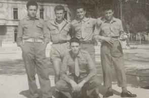 Benvenuto Arrigoni con i colleghi durante la leva militare.