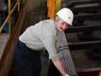 Operatore al reparto imballaggio tubi.