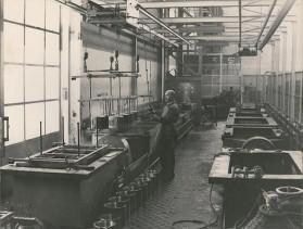 Operatore al lavoro alla zincatura elettrolitica.