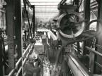 Operatore al lavoro alla tagliatrice tubi.