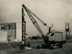 Posa della prima colonna del nuovo stabilimento in costruzione.