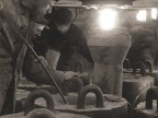 Operatori in acciaieria nel momento della colata in fossa.