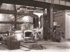 Al lavoro per la riparazione del forno dell'acciaieria elettrica.