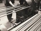 Filettatura dei tubi nel reparto aggiustaggio.