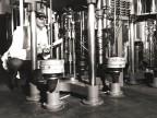 Al lavoro nel laboratorio centrale dello stabilimento.