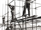 Operatori del reparto carpenteria metallica al lavoro.