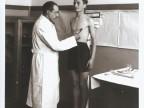 Visita medica per l'ingresso alla scuola apprendisti.
