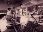 Operatori nella cabina di controllo del reparto di laminazione.