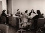 Impiegati al lavoro nell'ufficio vendite della sede centrale.