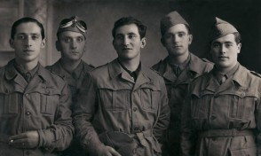 Felice Beltramelli con altri lavoratori in divisa militare.
