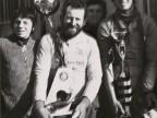 La squadra di pesca del Cral aziendale mostra il trofeo per la vittoria.