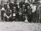La squadra di pesca del Cral aziendale mostra i trofei dopo una gara.