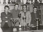La sezione pesca del Cral aziendale insieme ai suoi trofei.