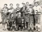 La squadra di pesca del Cral aziendale mostra i suoi trofei.