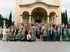 Gli ex allievi della scuola tecnica aziendale dinanzi la chiesa di San Giuseppe.