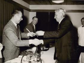 Aldo Marchesi e altri amici durante una cena all'albergo vacanze aziendale.