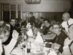 Foto di gruppo durante una cena all'albergo vacanze aziendale.