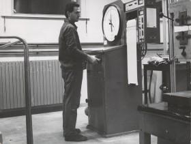 Giacomo Seghezzi al lavoro in officina collaudo materiali.