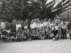 Giocatori e tifosi al torneo di calcio aziendale.