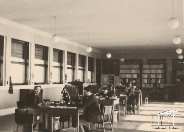 Al lavoro in ufficio tecnico faccia a faccia for Scrivania ufficio anni 50