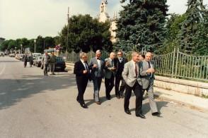 Luigi Zanotti con gli ex colleghi a passeggio lungo via Vittorio Veneto.