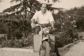 Giuseppe Pagani in sella al suo motorino.