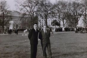 Angelo Arnoldi con un collega in Inghilterra.