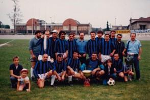 Pasquale Bove con i colleghi al torneo di calcio aziendale.