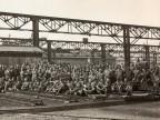Foto di gruppo di lavoratori nello stabilimento.