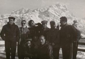 Gitanti del dopolavoro aziendale in montagna.