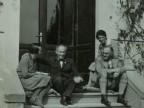 Emilio Taddei e la moglie Elina insieme a due amici sui gradini della loro abitazione.