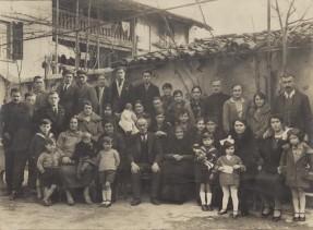 Foto di gruppo della famiglia Angioletti.