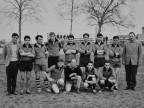 Angelo Facoetti con la squadra del reparto attrezzeria al torneo di calcio aziendale.