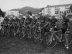 Foto di gruppo di Pietro Salvetti e altri ciclisti del Cral aziendale al velodromo.