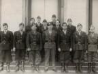Foto di gruppo di Pietro Salvetti con i colleghi di fronte al palazzo della Direzione.