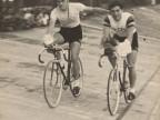 Ciclisti del Cral aziendale al giro d'onore sulla pista del velodromo.