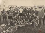 Pietro Salvetti con i ciclisti del Cral aziendale festeggiano la vittoria al velodromo.