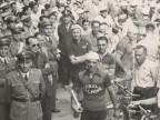 Pietro Salvetti e altri ciclisti del Cral aziendale festeggiano la vittoria.