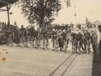 Pietro Salvetti e i ciclisti del Cral aziendale pronti per la partenza sulla pista del velodromo.