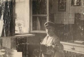 Pietro Salvetti in ufficio nella stazione del corpo dei pompieri.