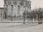 Pietro Salvetti con altri ciclisti del Cral aziendale ai piedi della torre pendente.