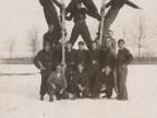 Pietro Salvetti e il corpo dei pompieri in posa acrobatica sulla neve.