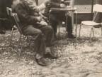 Pietro Salvetti e gli amici si godono un aperitivo nel cortile del dopolavoro aziendale.