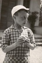Giuseppe Mora nel momento della merenda alla colonia alpina Mario Garbagni.