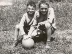 Giuseppe Mora e un suo compagno mentre giocano alla colonia alpina Mario Garbagni.